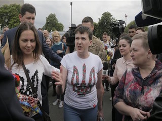Ukrainian pilot Savchenko freed, flown to Kiev